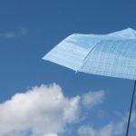 熱中症対策。晴雨兼用の折り畳み傘が便利。ソーシャルディスタンスにも。